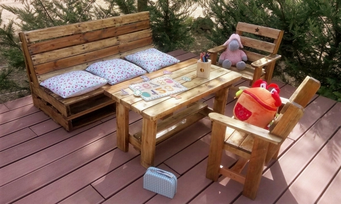 comment décorer un espace extérieur avec meubles en bois, fabriquer salon de jardin en palette, déco terrasse avec palette