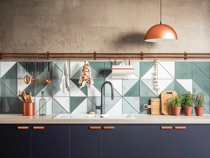 cuisine tendance 2019, meubles de cuisine bas en noir mate avec poignées cuivre, exemple rangement cuisine avec crochets pour ustensiles et vaisselle