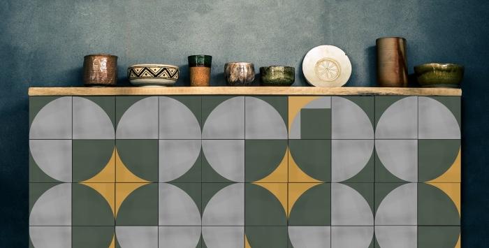 crédence carrelage imitation carreaux de ciment graphiques en gris, vert et jaune délimitée par une petite étagère ouverte bois