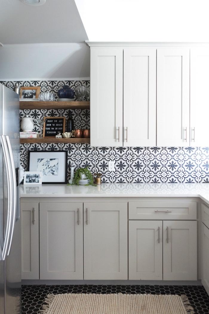 cuisine gris clair de style avec une credence carreau ciment à motifs floraux anciens pour une ambiance authentique et accueillante
