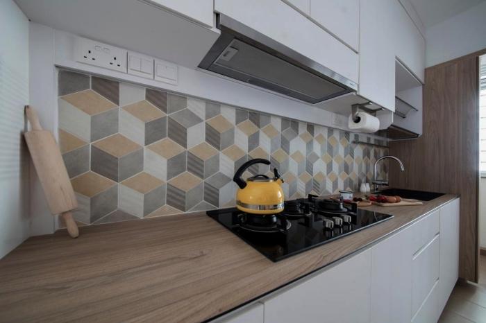revêtement mural carreaux de ciment adhesif aux motifs graphiques en beige et gris qui apporte une touche d'élégance dans une ambiance monochrome