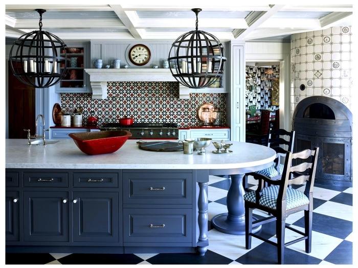 cuisine en nuances de bleu de style campagne anglaise équipée d'une crédence en carreaux de ciment aux motifs anciens en bleu et rouge