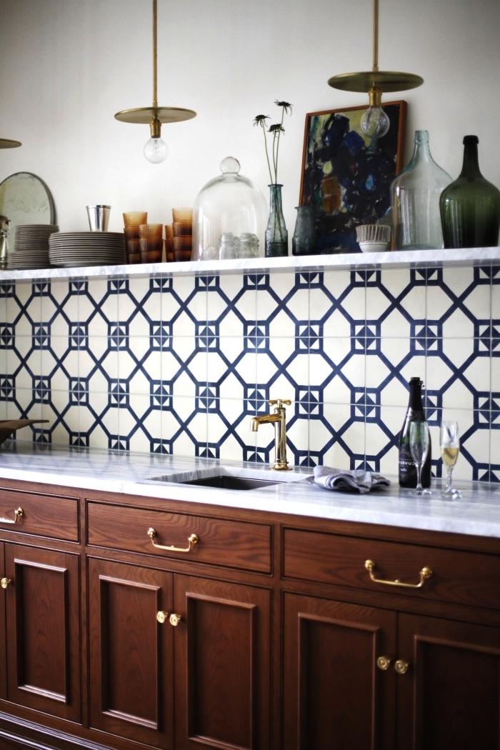 crédence cuisine carreaux de ciments graphiques en bleu marine et blancs délimitée par une étagère ouverte, crédence graphique pour une cuisine un brin vintage