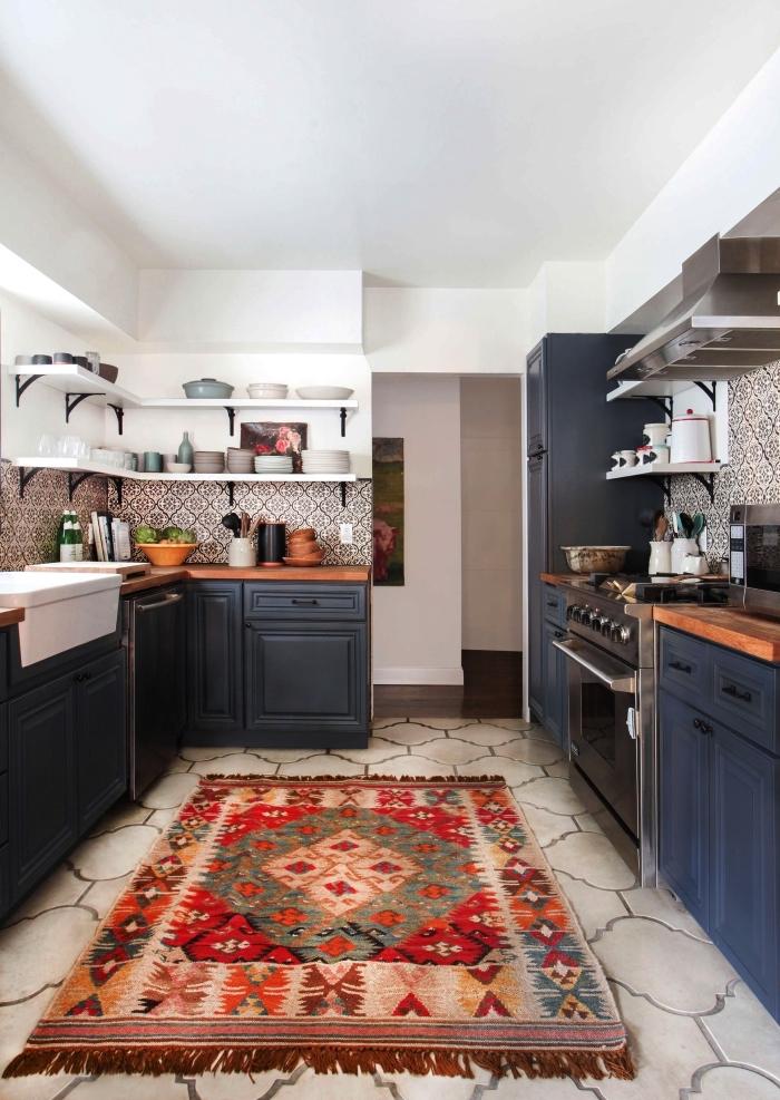 une crédence cuisine carreaux de ciment à motifs anciens qui adoucit l'intérieur traditionnel de la cuisine