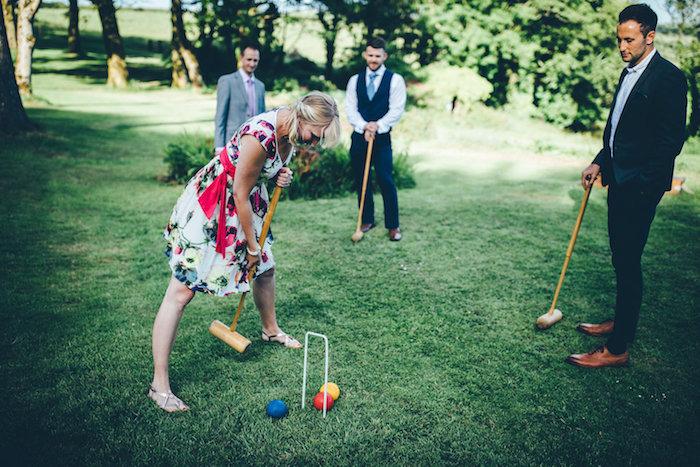 Croquet idée animation anniversaire adulte, idée animation mariage temoins, hommes en costumes jouant à croquet