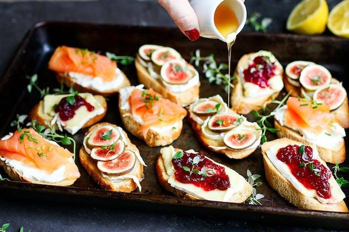 Pinchos en baguette crue avec saumon oui fromage et confiture, idee apero dinatoire, idée de repas d anniversaire