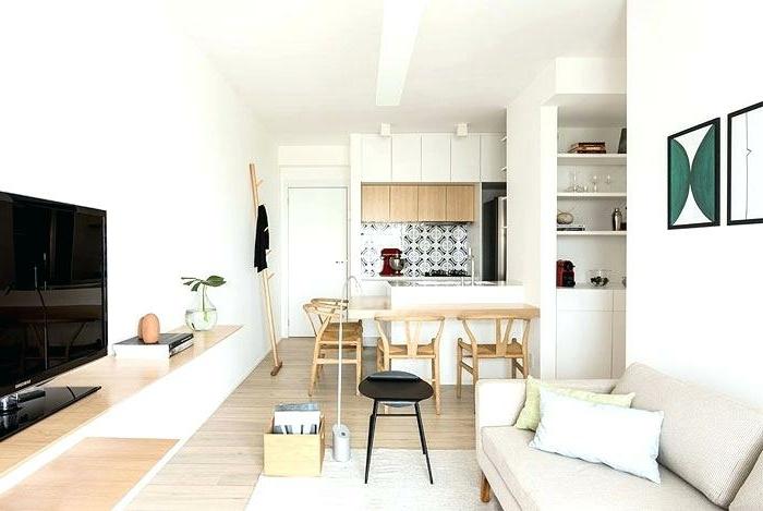 joli appartement blanc, kitchenette pour studio, chaises en bois, ilot de cuisine blanc, sofa vintage