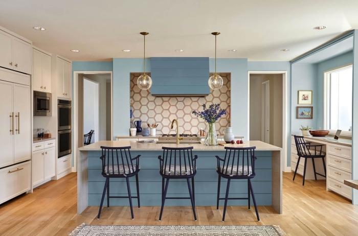 idée facade cuisine en bleu, agencement cuisine avec îlot central, revêtement plancher en bois, plan de travail blanc