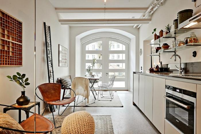 cuisine linéaire, meuble kitchenette blanc, étagères murales avec rangement apparent, four rétro