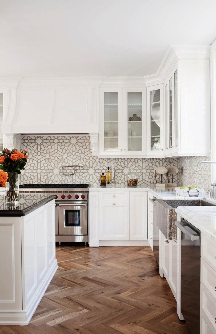 une belle credence carreaux ciment graphiques pour apporter une touche élégante et contemporaine dans cette cuisine traditionnelle