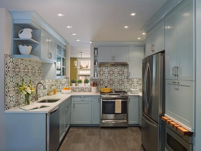 une crédence cuisine carreaux de ciment graphique et vintage qui apporte à la cuisine bleu clair de la convivialité