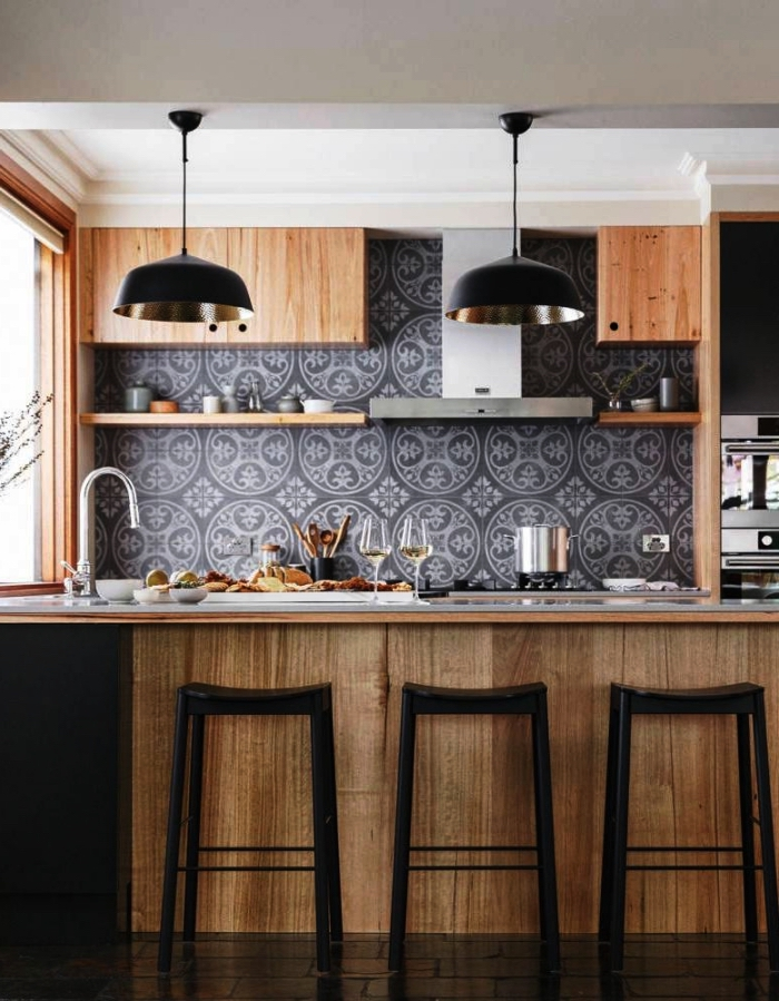 apporter une touche d'élégance à la cuisine en bois et noir avec une credence carreau ciment gris à motifs médaillons