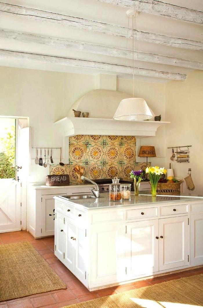 cuisine style campagne chic équipée d'une credence carreaux ciment lumineuse à motifs anciens en jaune et vert qui s'associe parfaitement avec le sol en terre cuite