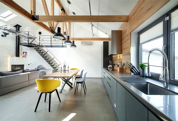 cuisine espace ouvert, amenagement petite cuisine, lampes industrielles, chaises scandinaves, table en bois, escalier loft