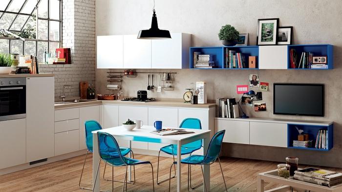 petite cuisine blanche, kitchenette pour studio, chaises bleues acryliques, table blanche, sol en bois,étagère en cubes