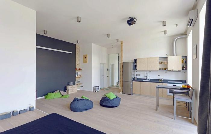 cuisine studio bois clair, poufs bleus, cuisine petit espace, murs et plafond blancs