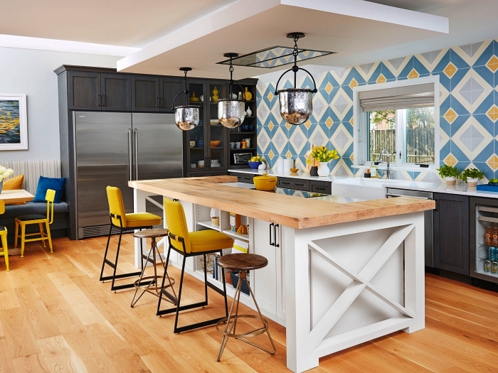 crédence imitation carreaux de ciment qui recouvre le mur entier, carrelage graphique vintage en bleu et jaune dans une cuisine style campagne chic