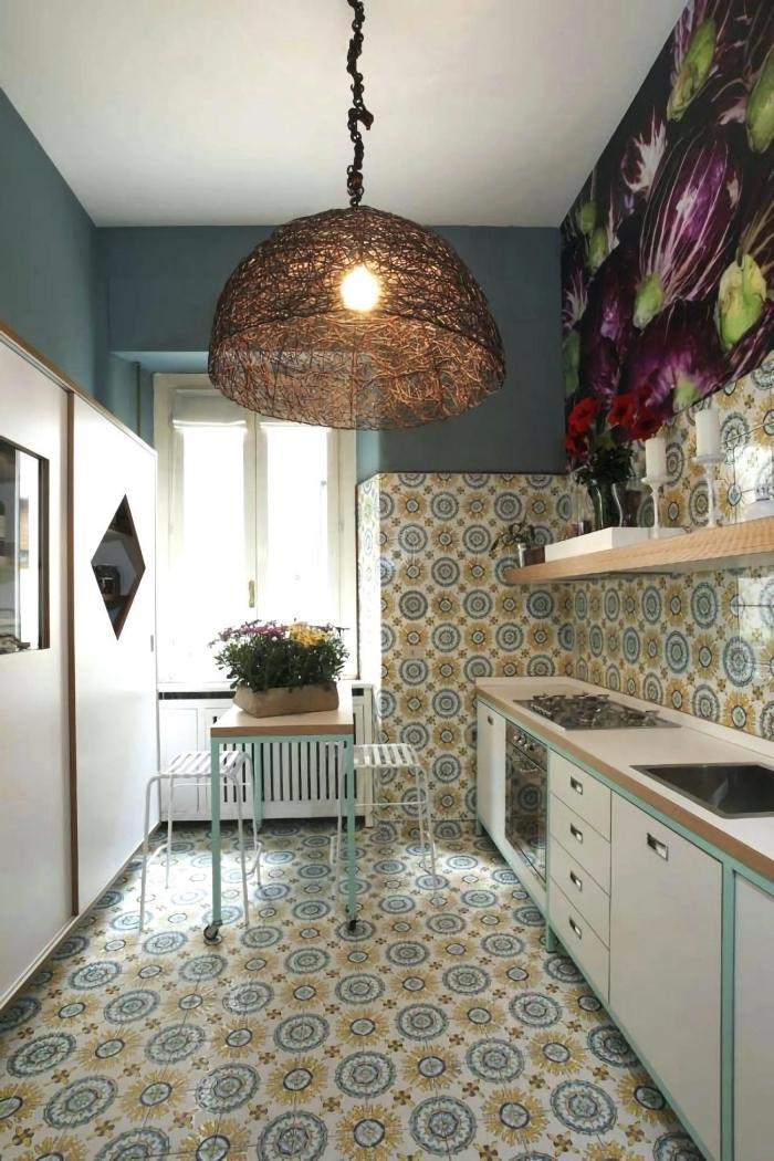 cuisine de style vintage équipée d'une crédence en carreaux de ciment en bleu et jaune qui recouvrent également le sol