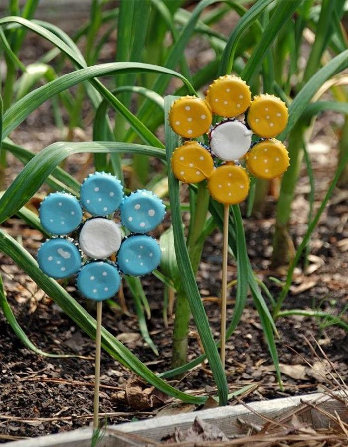 décoration jardin avec objets récup, fleurs avec des couvercles, situés dans les parterres floraux