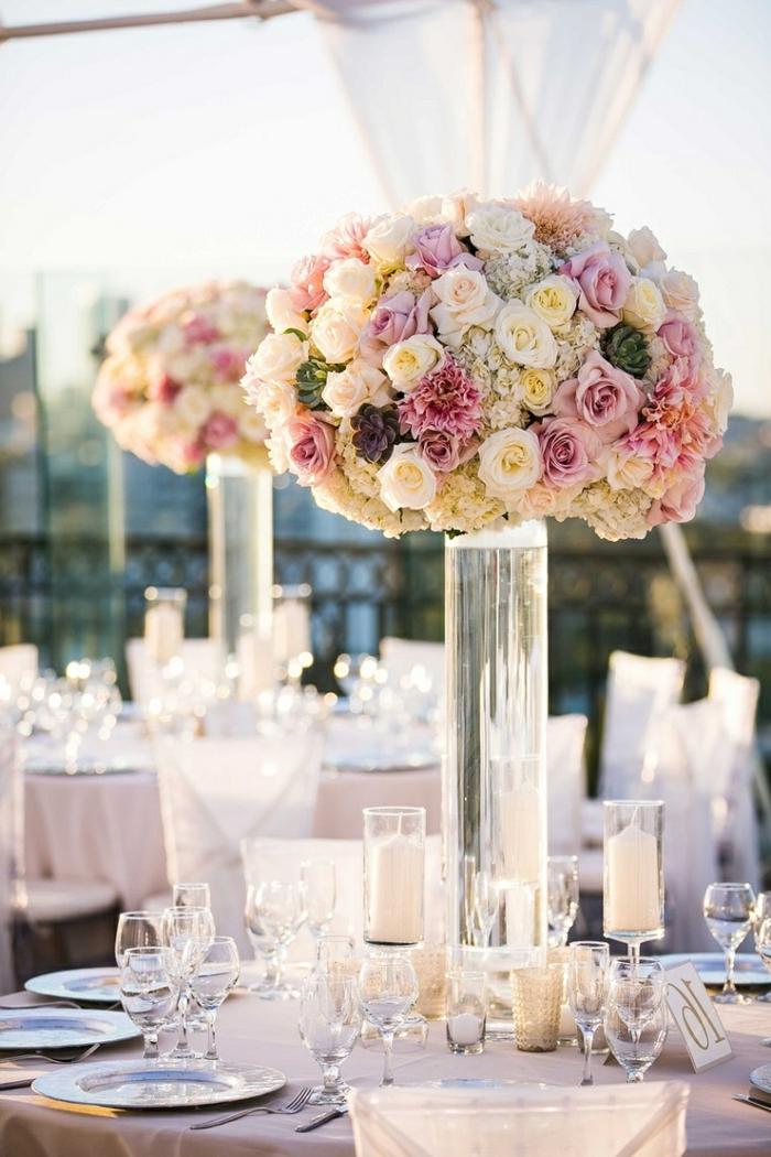 grands bouquets ronds posés en grands vases en verre, arrangement de roses et de succulentes