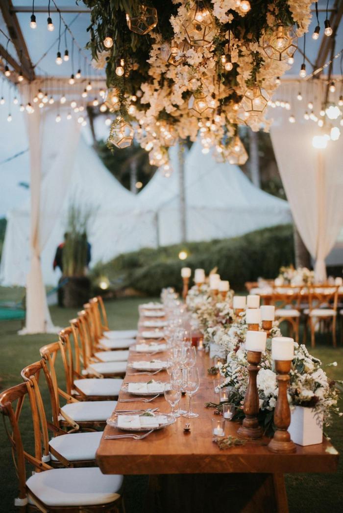 compositions florales en blanc, mariage bucolique en plein air, bougeoirs en bois et bougies blanches
