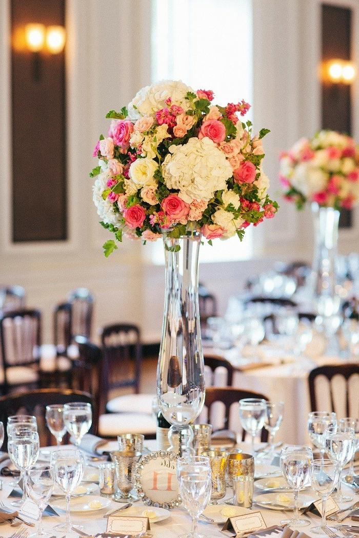 bouquets de fleurs de différentes tailles, vases en verre, tables de mariage, composition florale mariage