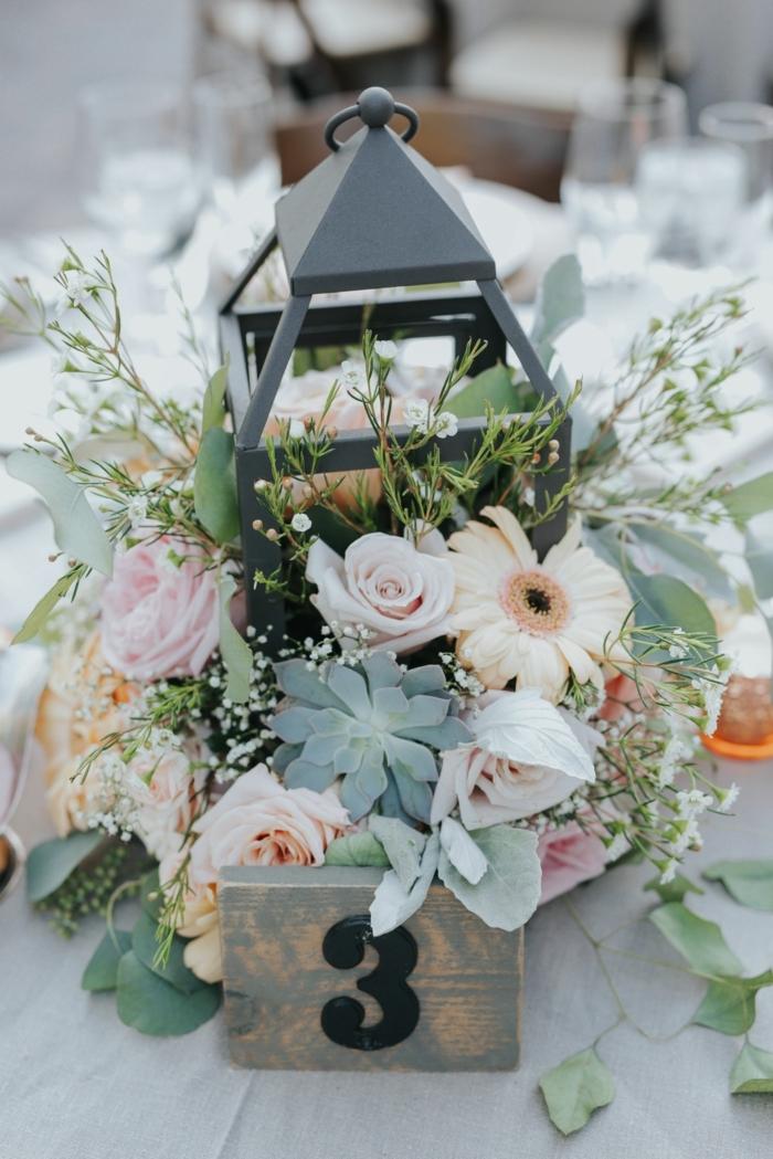 lanterne, fleurs en couleurs pastels, succulentes, combinaison de fleurs et de feuillage