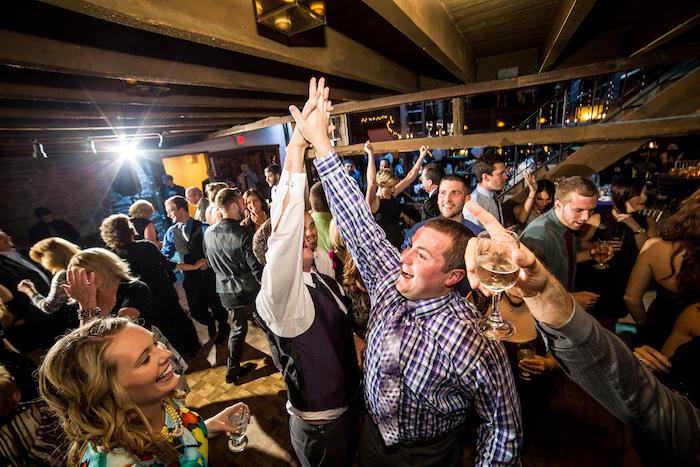Hommes heureux, danser tout le monde, bon dj mariage, homme avec vin blanc dans la main, femme souriante