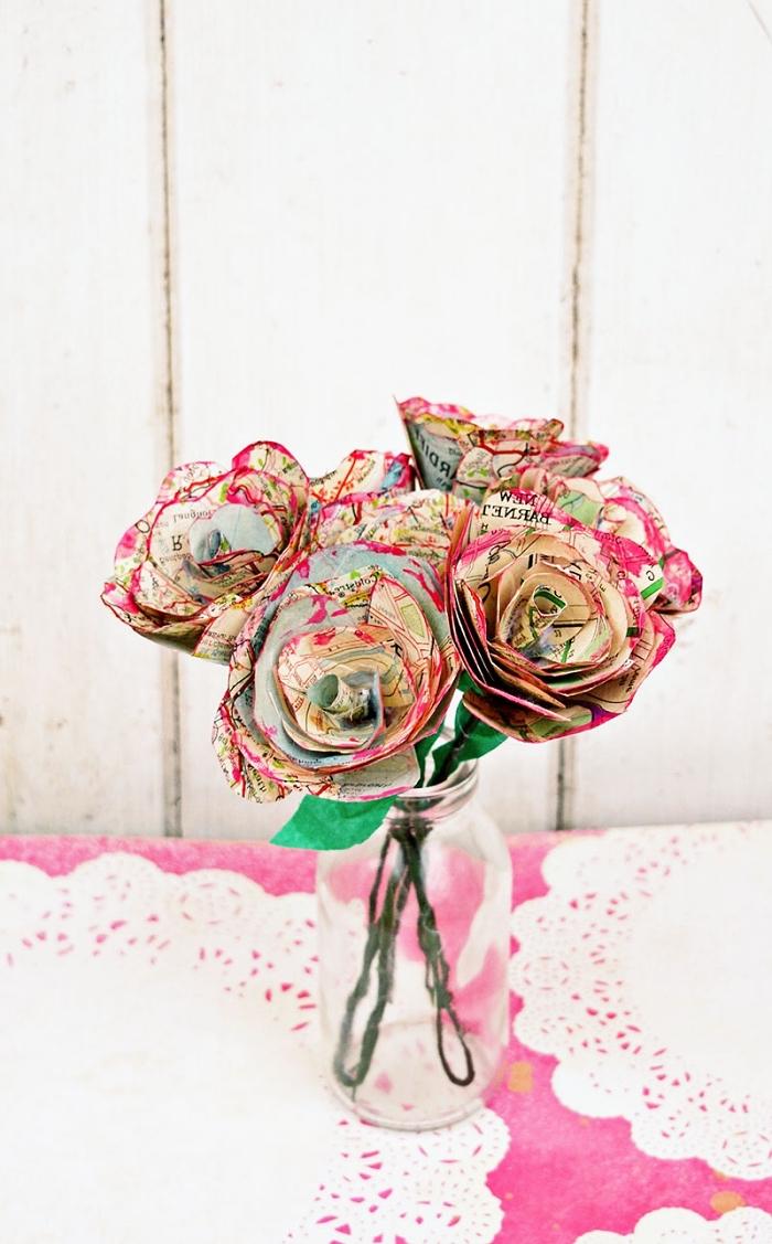 joli bouquet de fleurs artificielles en papier, des roses vintage fabriquées à partir de carte routière récupérée et posées dans un bocal, fleur en papier facile en papier récup