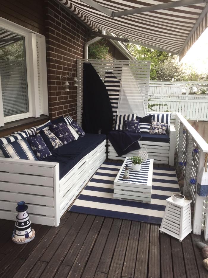 exemple comment décorer véranda ou terrasse avec meubles de jardin en palettes, petite table de café en bois blanc
