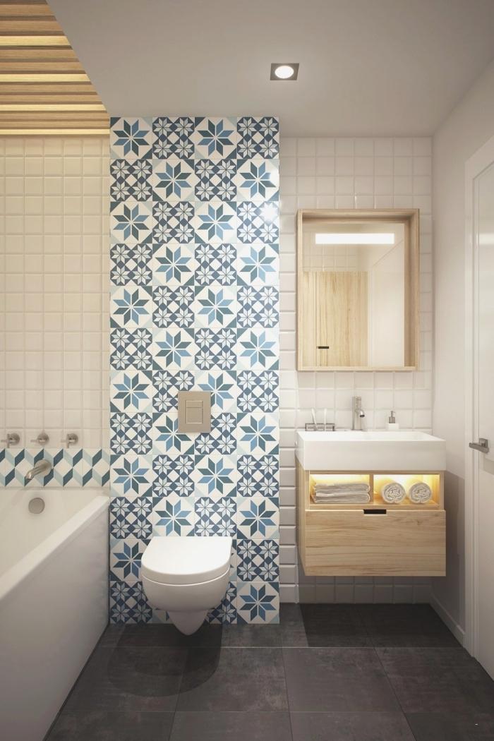 aménagement petite pièce humide avec baignoire, design intérieur blanc et bois avec pan de mur en carreaux blanc et bleu