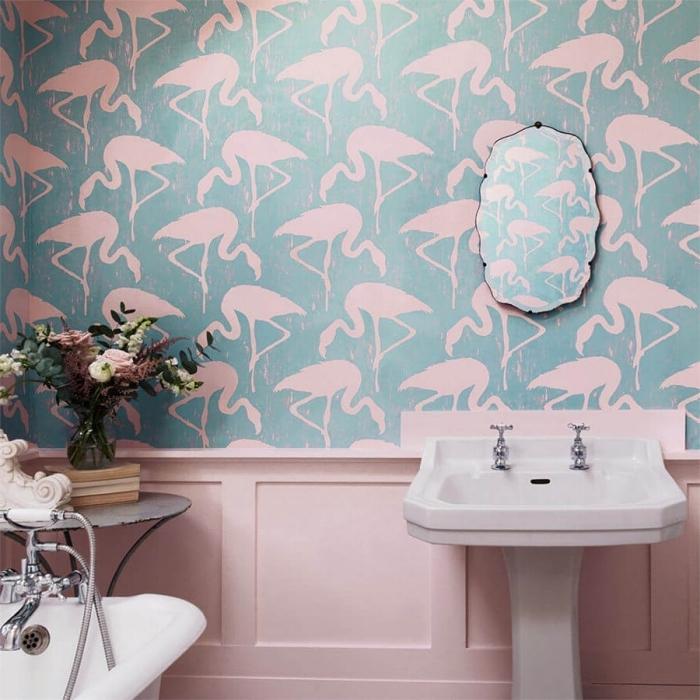 aménagement salle de bain féminine en couleurs pastel rose et bleu, vase en verre sur support bois rempli de fleurs