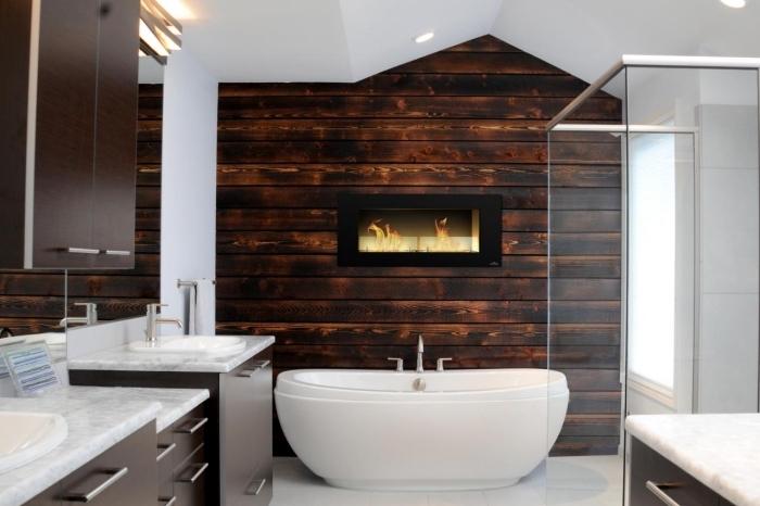 design intérieur moderne et rustique dans une salle de bain blanche avec meubles bois et pan de mur en lambris bois foncé