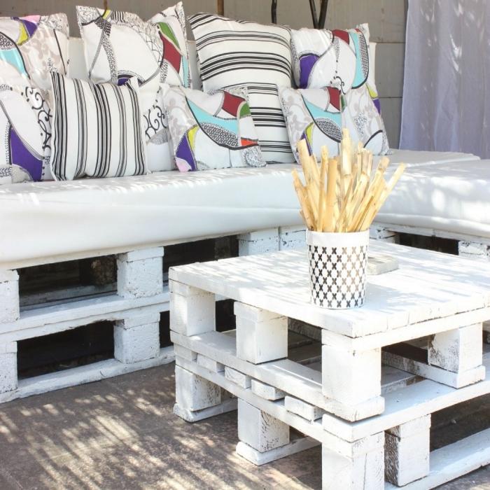 idée comment décorer un espace extérieur avec mobilier en palette, exemple recyclage de palette pour fabriquer des meubles