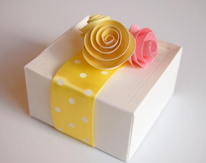 idée pour offrir une boîte à cadeau personnalisée décorée avec roses en papier, faire des fleurs en papier pour décorer un emballage cadeau