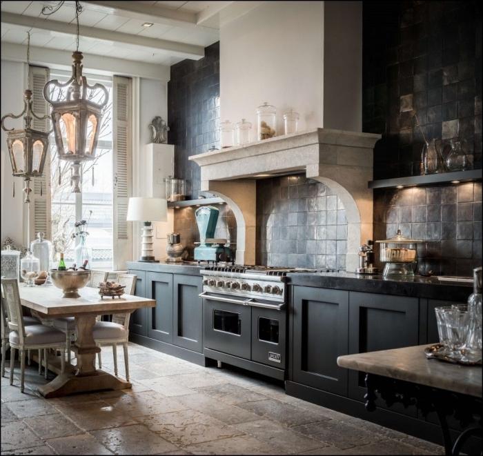 exemple de cuisine rétro style avec mur gris anthracite et plafond blanc à poutres apparentes, déco cuisine avec coin repas