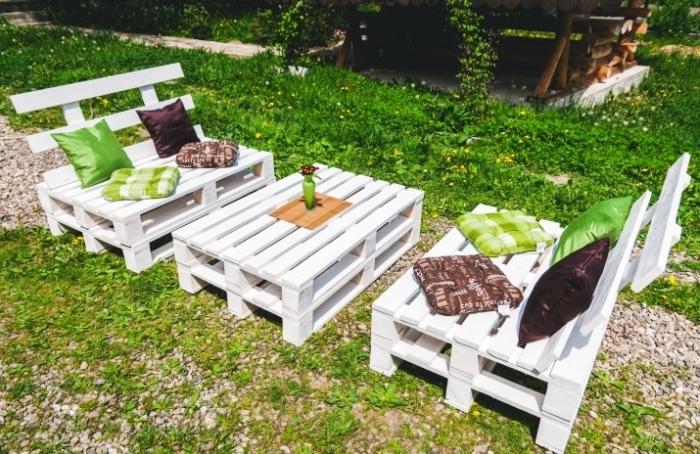 DIY banquette en palette, repeindre un meuble bois, exemple comment aménager un jardin ou une terrasse avec mobilier DIY
