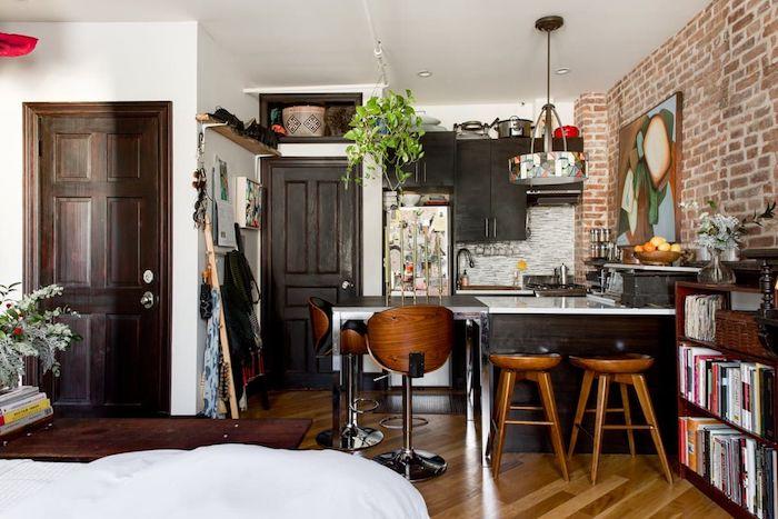 comment aménager une petite cuisine style bistrot dans un appartement petit avec meubles en bois marron, parquet bois clair, mur de briques d accent, deco artistique