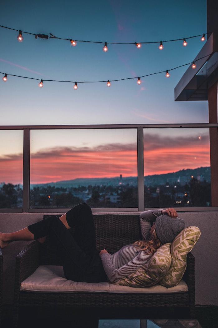 Guirlande lumineuse balcon avec belle vue, beau paysage urbain, image à utiliser pour fond d'écran libre de droit