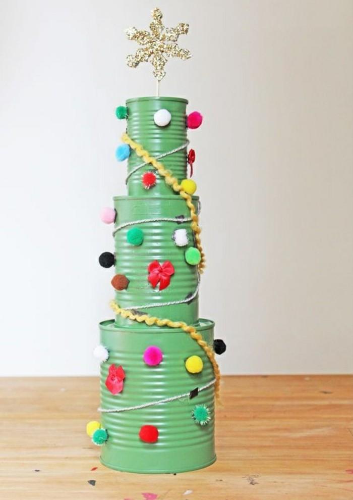 activité manuelle pour Noel, modèle de sapin de noel original à faire soi-même, arbre de noel en boîtes de conserve