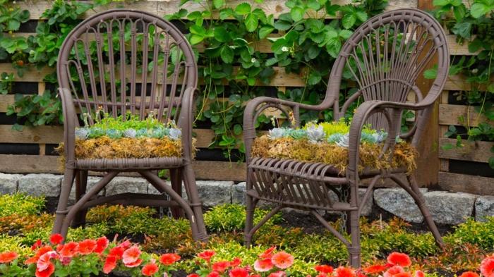 chaises décorées de verdure, decor jardin original, palettes en bois comme clôture