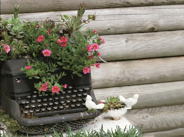 deco recup avec objets vintage, fleurs plantées, cloture en bois, aménager son jardin avec objets récup