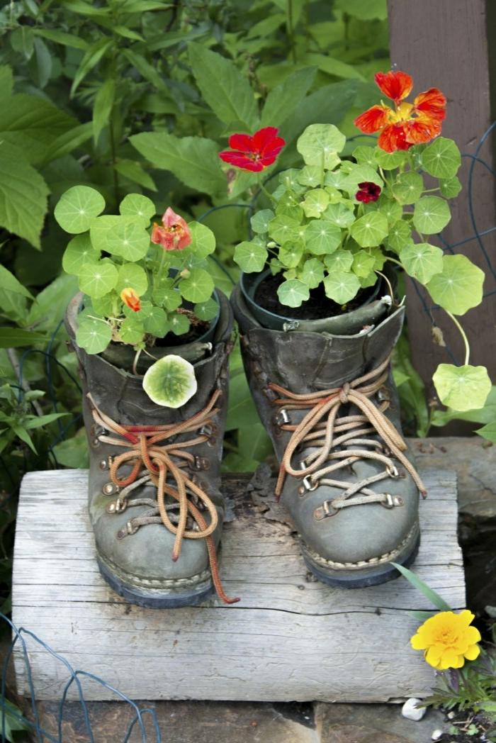 vieux souliers comme pots de fleurs, une petite chaise en bois, fleurs plantées