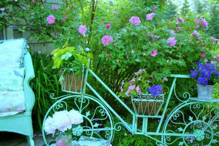 bicyclette vintage couleur bleu shabby, paniers rustiques avec fleurs plantées, jardin paradisiaque