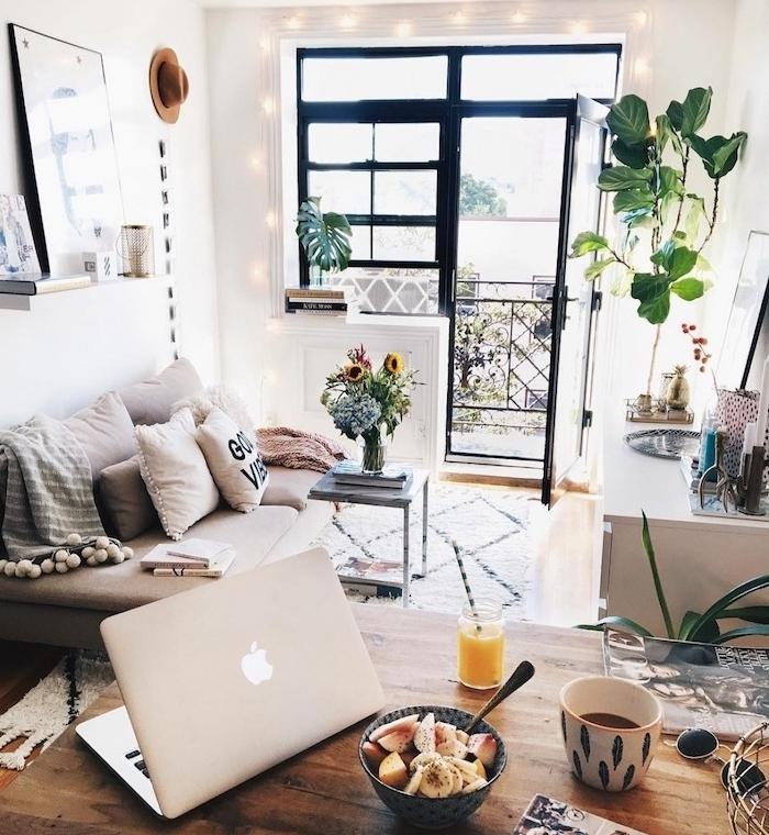 guirlande lumineuse intérieur pour votre deco studio boheme chic, style deco hygge cocooning, plantes appartement style jungle urbaine