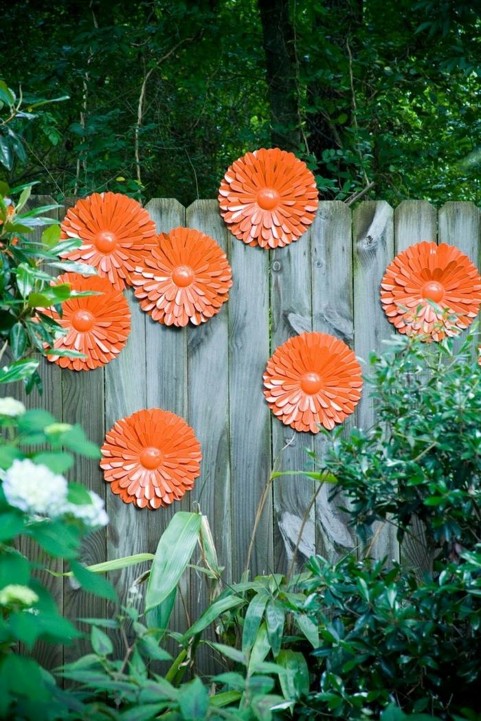 cloture en bois, déco jardin avec assiettes oranges, idée de déco jardin simple, jardin dans la forêt