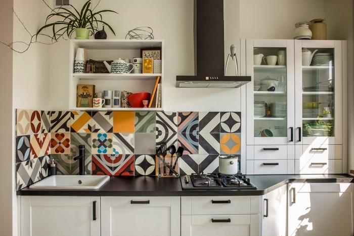 une crédence imitation carreaux de ciment multicolores aux motifs dépareillés, des stickers muraux patchwork posés collés en crédence