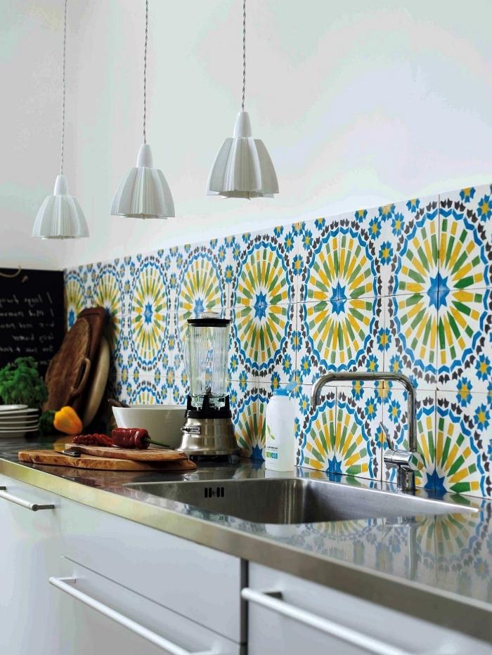 une belle crédence cuisine carreaux de ciment multicolores à motifs rosace pour apporter une touche colorée et joyeuse dans la cuisine