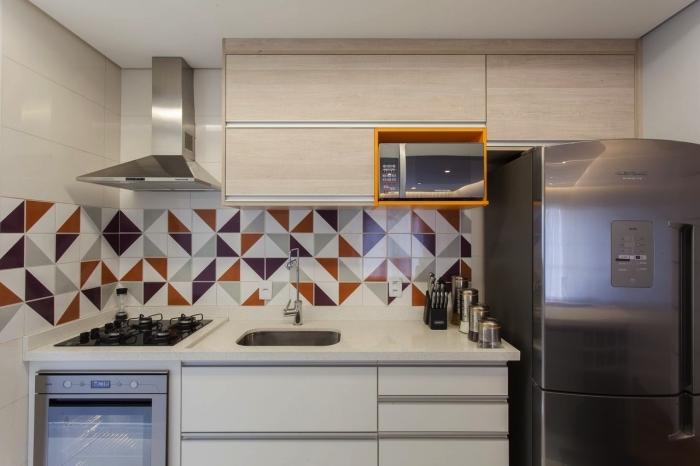 crédence cuisine carreaux de ciment graphiques en gris, noir et rouge qui apporte du dynamisme à la petite cuisine en bois et blanc