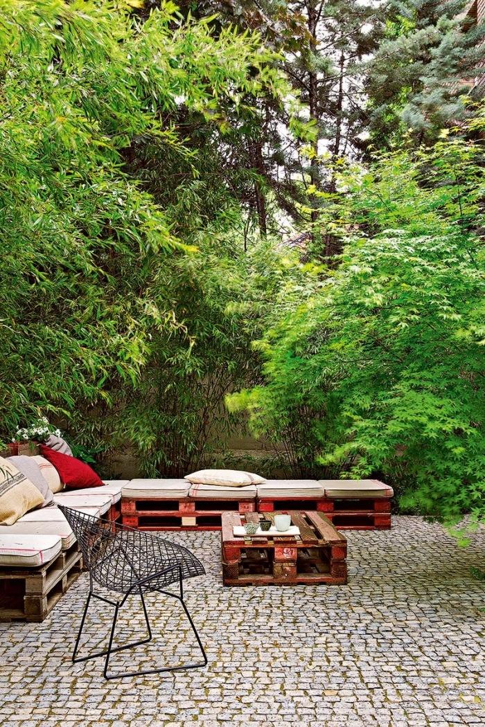 fabriquer un canapé d'angle pour l'extérieur, bricolage facile avec palette, décorer un canapé de jardin avec coussins